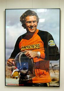 そう、視聴覚室兼図書室の壁にエルシノアに乗った映画俳優の故スティ ーブ... MotoGP日本G